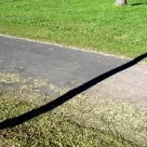 The shadow of the lamppost divides the path. A sombra do poste divide a trilha.